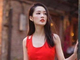 李沁红色裙子装,性感女人味十足!