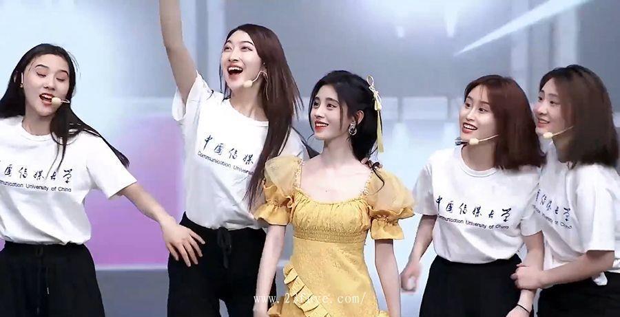 鞠婧祎和女大学生同台表演,流量明星可不是盖的! 鞠婧祎 第3张
